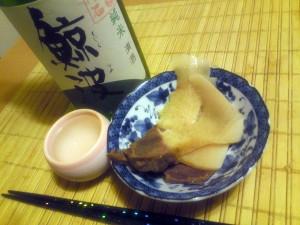 泉銀さんの鯨ベーコンを岐阜の地酒「鯨波」でいただく